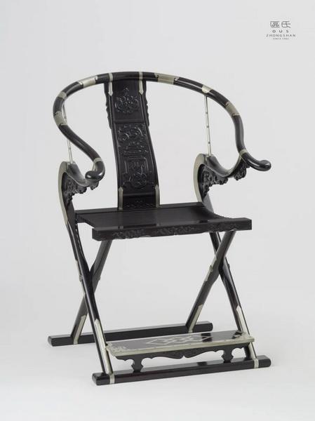 区氏家具 雕螭龙捧寿纹交椅  小叶紫檀  长:58cm  宽:43cm  高:50cm 通高:103cm   A Zitan Carved dragon pattern folding chair