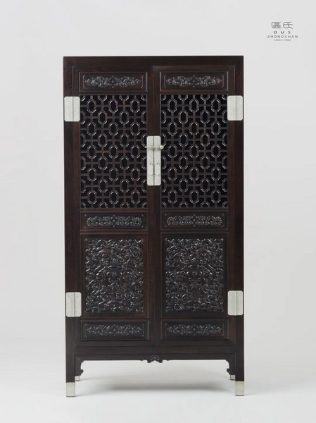 区氏家具 镂空门方角柜  小叶紫檀  长:95cm  宽:48cm  高:178cm  A Zitan Hollow - out door square corner cabinet