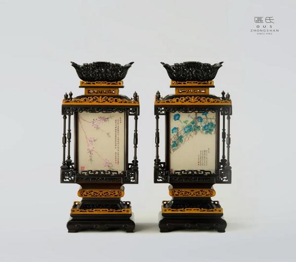 区氏家具 紫檀雕花镶玻璃桌灯  酸枝  长:23cm  宽:23cm  高:52cm  A Suanzhi Palace lantern