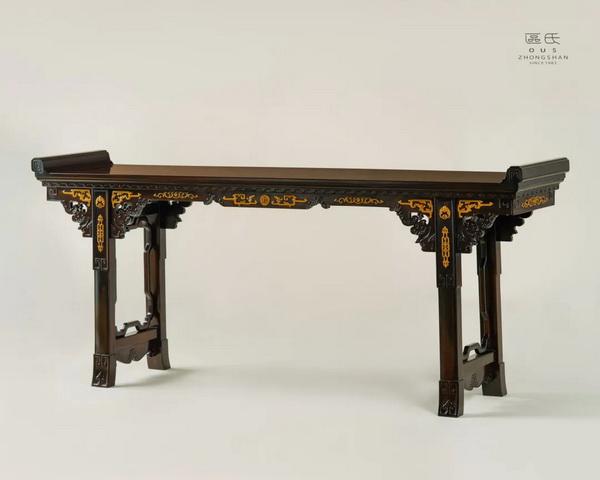 区氏家具 雕拐子纹翘头案  酸枝  长:215cm  宽:48cm  高:87/94cm  A Suanzhi Carved dragon pattern warped head table