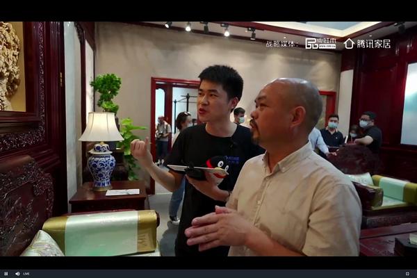 陈正民在直播中讲解客厅空间的雕花设计