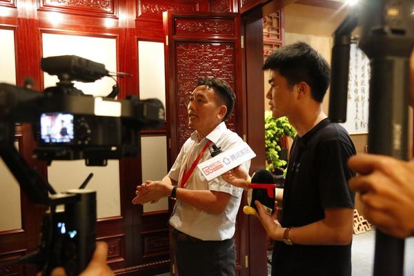 国方家居董事长陈新平向直播间观众介绍红木文化