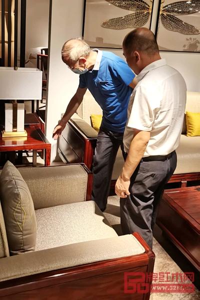 曹新民教授(右二)在董事长肖淡生(右一)的陪同下品鉴华钦红木家具,并给予指导性建议