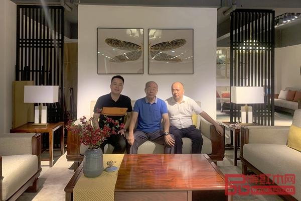 曹新民教授(右二)与华钦红木董事长肖淡生(右一)、营销总监公柠(左一)合影留念