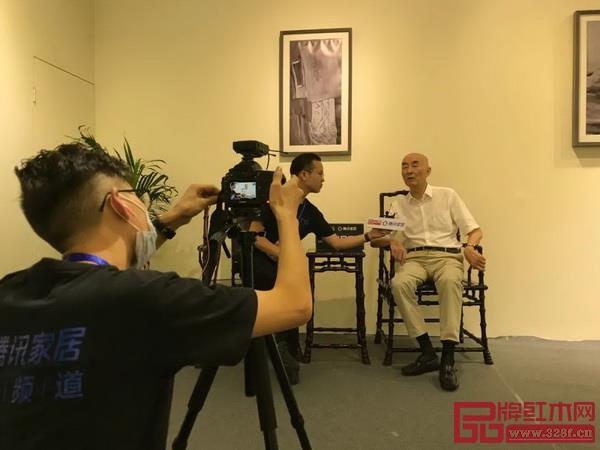 泰和园董事长邵湘文在东莞名家具展现场接受腾讯家居、品牌红木等权威媒体联合采访