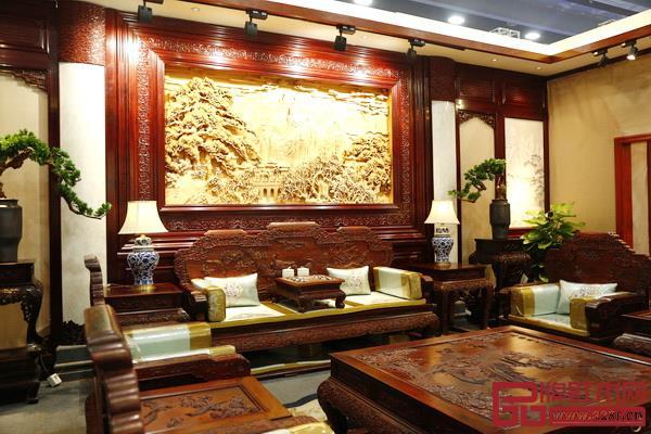 背景屏风雕刻万里江山图的客厅端庄典雅