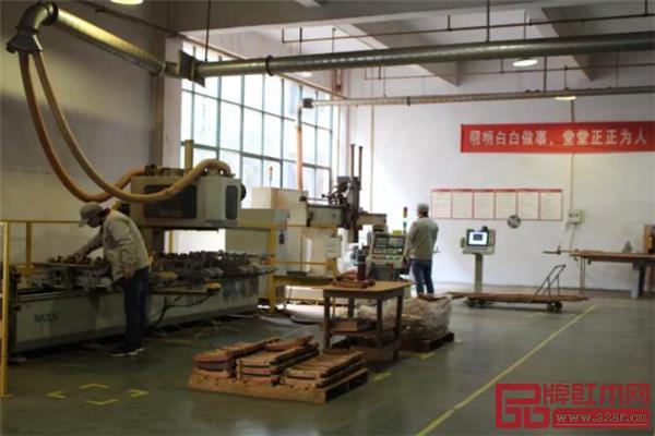 明堂红木革新生产技术、设备全面升级,为品质家具生产保驾护航.jpg