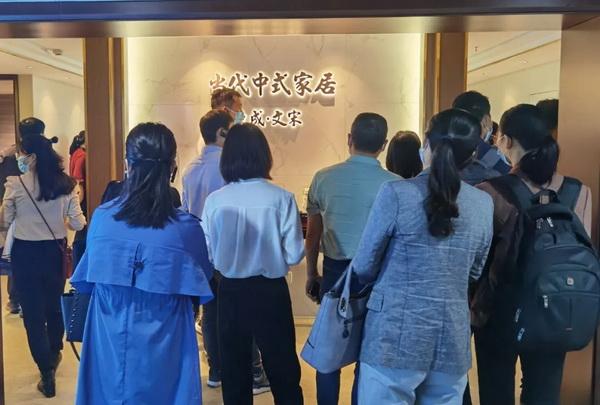 众多优秀企业代表在东成文宋展馆内驻足观赏,被文宋家具的精湛工艺和高贵材质所深深吸引