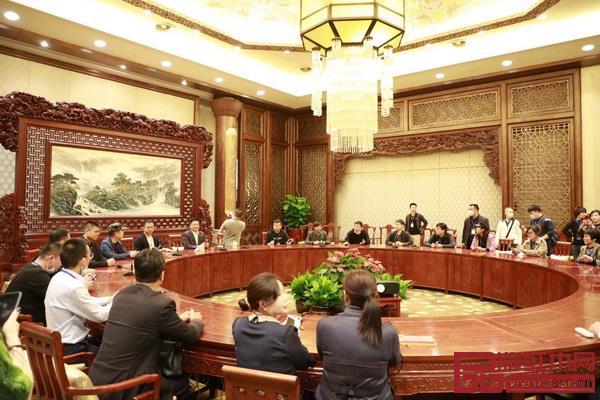 经销商们入座的是,中信红木为无锡梵宫打造的中式会客厅
