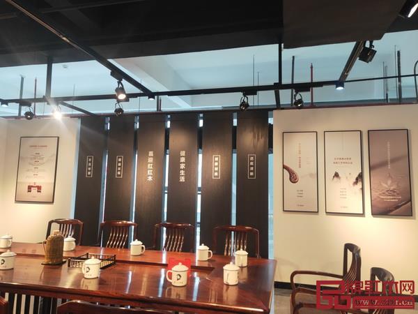 喜迎红位于中国红木家具展览会展位一角