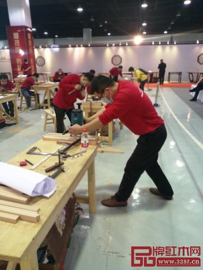 林国平工匠在全神贯注比赛中