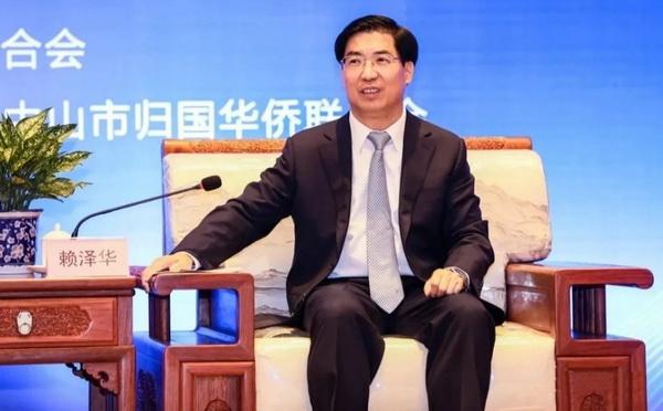 赖泽华书记坐在东成红木缅甸花梨香茗会客椅上进行会见活动