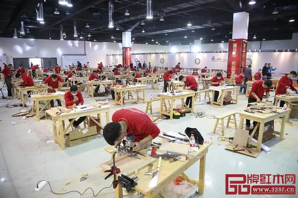 木工组选手们潜心比赛中,各显神通