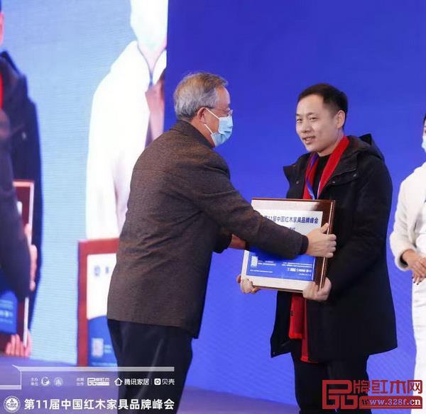 华南农业大学博士生导师给万事红董事长蒋国洪颁奖