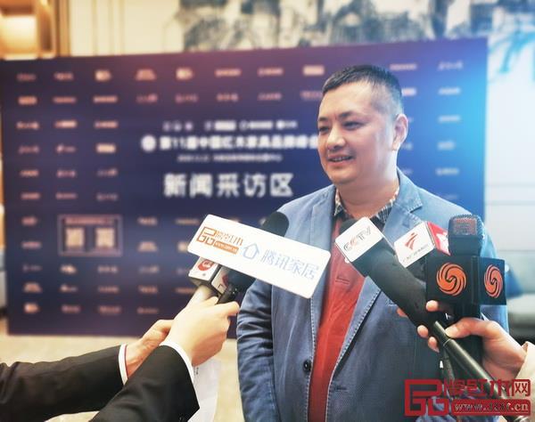 志成紅木創始人李正倫在品牌峰會現場接受中央電視臺、廣東電視臺、騰訊家居、品牌紅木等媒體聯訪