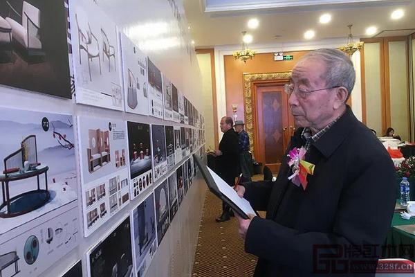 中国红木家具技术专家曹新民在评审中