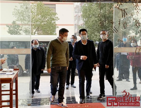 东阳市市委书记傅显明(左二)带队走访红木家具龙头骨干企业双洋红木.jpg
