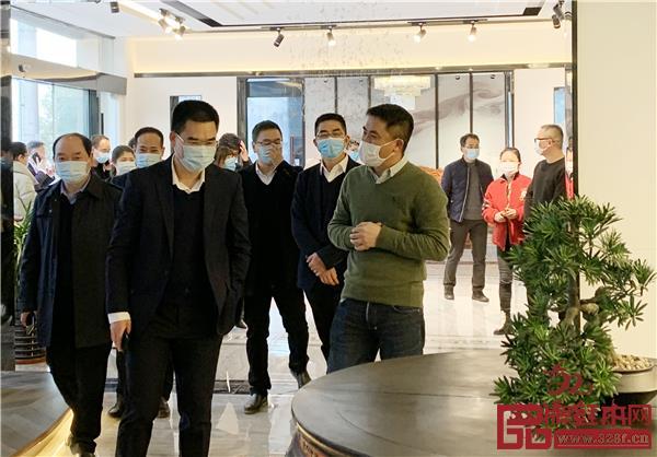 双洋红木董事长王海洋(右一)带领调研团队参观新展厅.jpg