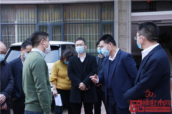 东阳市市委书记傅显明为双洋红木指导工作.jpg