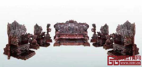 以《水浒传》为题材的大型酸枝木雕家具(中山市文化广电旅游局供图)