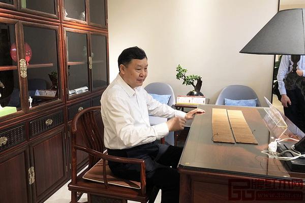 中国家具协会理事长徐祥楠落座红古轩家具切身体验