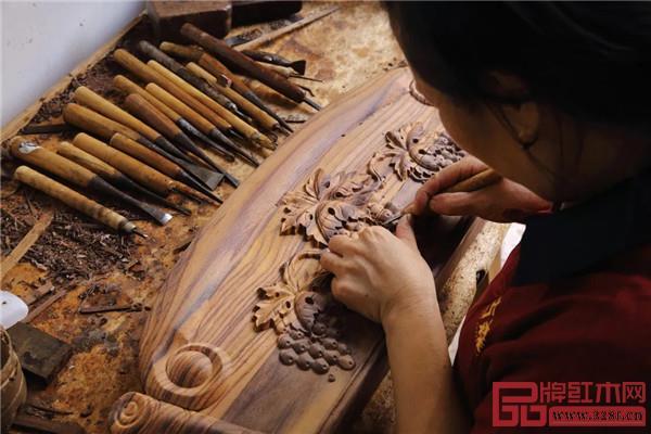 古森红木匠人正在手工雕花