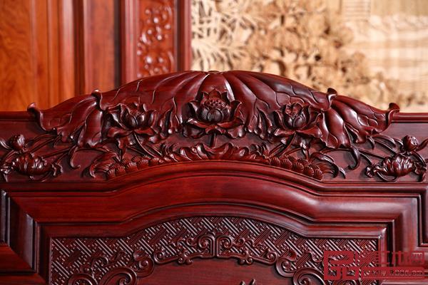 荷花是苏阳红《荷家欢沙发》的雕刻主题