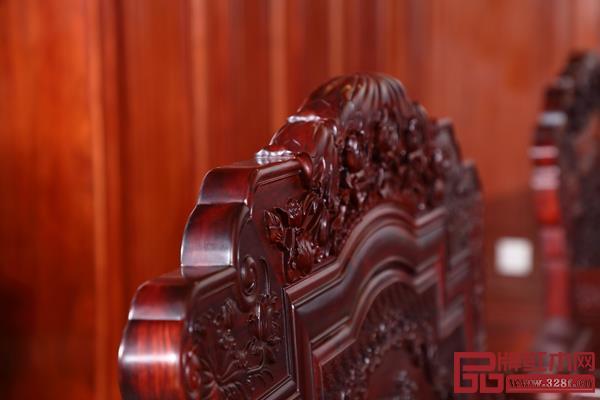 沙发雕刻栩栩如生,极具层次感