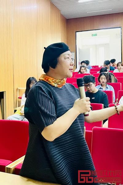 刘晓红教授与学生现场互动