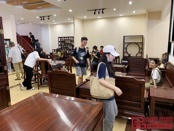 华农艺术学院师生对创辉红木韵味十足的红木家具充满好奇,十分感叹
