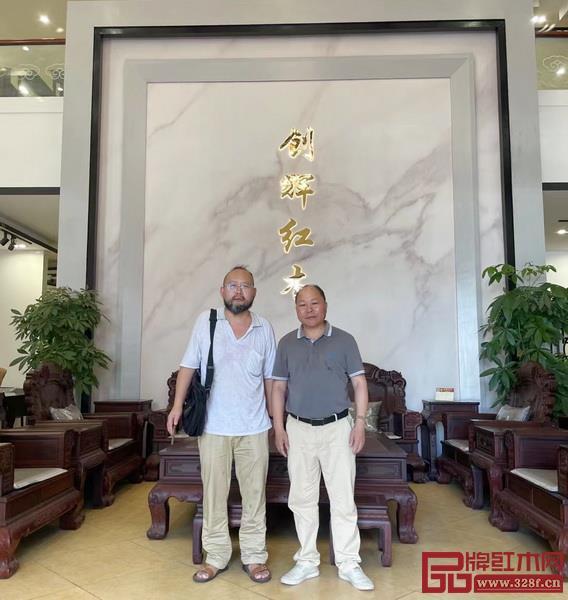 多次走访交流,华南农业大学艺术学院老师何忠华(左)与创辉红木总经理陆仁信(右)已然成为老友