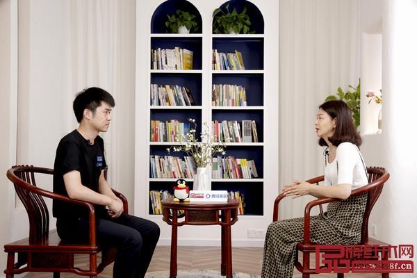 腾讯家居红木&品牌红木记者专访红古轩营销总监杨晶(右)