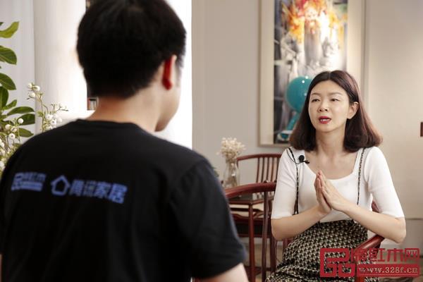 红古轩营销总监杨晶(右)介绍新中式设计大赛