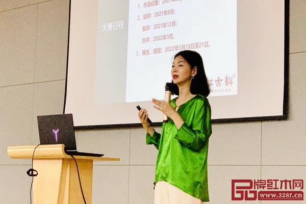 红古轩营销总监杨晶坚持每年走进全国各大高校,面对面跟学习推广新中式设计大赛