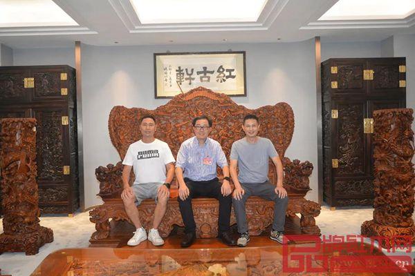 市人大常委会副主任关瑞麟(中)与红古轩创始人吴赤宇(右)、红古轩生产厂长李仲良(左)落座红古轩家具合影