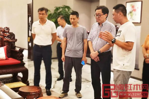 中国传统工艺大师、红古轩生产厂长李仲良(右一)为市人大领导一行人讲解红古轩产品