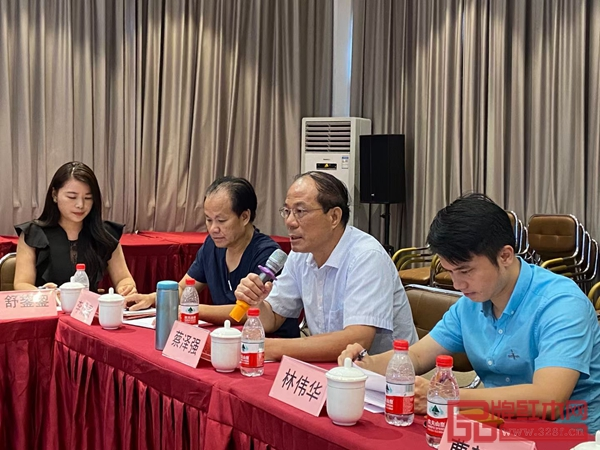 学会创办人蔡泽强(右二)在会议上进行讲话