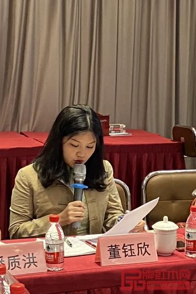 红木文化专业委员会主任董钰欣介绍成立红木文化专业委员会方案
