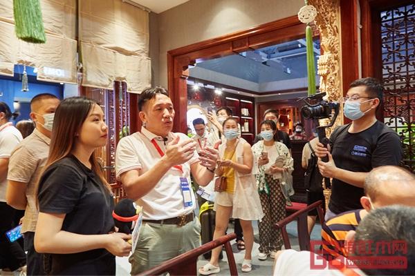高级工艺美术师、2020红木家具十大领军企业家、国方家居董事长陈新平在现场为腾讯家居红木频道的记者介绍了国方家居中式原木整装的特色