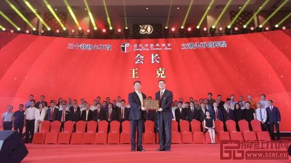 广东省社会组织管理局副局长徐祖平(左)为广东省家具协会第七届理事会会长王克(右)颁牌