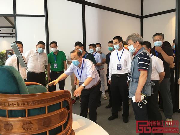 每一届新中式红木展,红古轩都能吸引众多领导专家、经销商、消费者驻足品鉴,为新中式红木艺术点赞